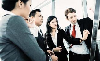 internationales Business-Team auf Flipboard foto