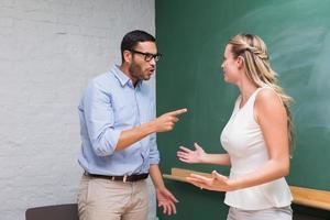 Gelegenheitsgeschäftskollegen in einem Streit foto