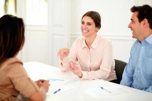 Erwachsene Berufskollegen arbeiten und lächeln foto