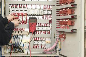 Elektriker bei der Arbeit foto