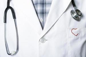 Stethoskop und ein roter Clip foto