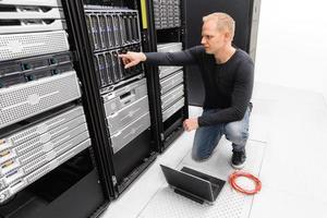 IT-Berater arbeiten mit Blade-Servern foto
