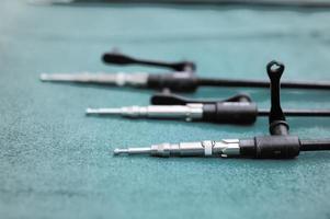 Geräte und medizinische Geräte im modernen Operationssaal foto