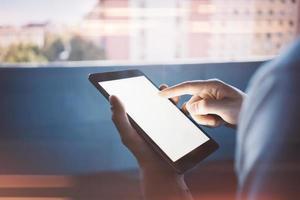 Tablette, die in weiblichen Händen für Textnachricht hält foto