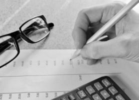 Finanzsteuer Mathematik Bankauszug Hand Brille Bleistift und Taschenrechner foto