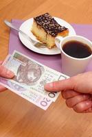 Bezahlen für Käsekuchen und Kaffee im Café, Finanzkonzept
