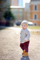Kleinkindjunge, der draußen geht foto