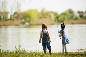 zwei kleine Mädchen beim Angeln foto