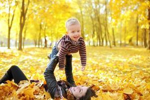 Mutter und Kind gehen im Herbstpark spazieren