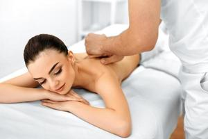 Körperpflege. Spa Frau. Schönheitsbehandlung. Körpermassage, Spa-Salon. foto