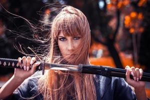 Samurai-Mädchen mit Katana foto