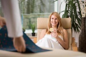 Frau, die sich im Wellnesscenter entspannt foto