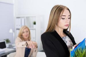 Chef, der einen Angestellten entlässt foto