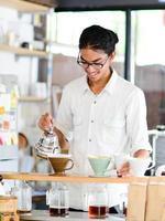 Barista braut eine Tasse ein Kaffeehaus