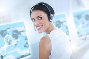 hübscher Call-Center-Mitarbeiter mit futuristischem Schnittstellenhologramm foto