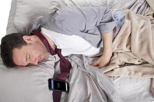verspäteter Angestellter, der zu spät zur Arbeit schläft