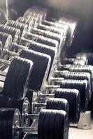 Fitnessgeräte. sportlicher Hintergrund. Hantel. Speicherplatz kopieren foto