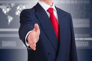 junger Geschäftsmann, der anbietet, Hände zu schütteln foto
