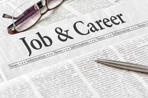 Zeitung mit der Überschrift Job und Karriere