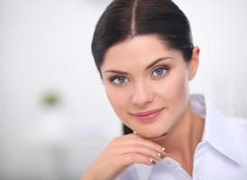 attraktive Geschäftsfrau, die im Büro sitzt foto