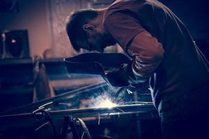 Mitarbeiter schweißen Stahl