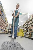 jugendlicher Supermarktangestellter foto