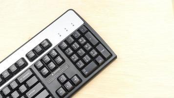 Computertastatur auf einer Holzoberfläche. Speicherplatz kopieren. foto
