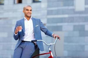 netter Mann mit Fahrrad foto