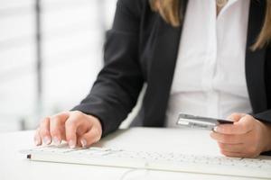 Geschäftsfrau sitzt an ihrem Schreibtisch in einem Büro foto