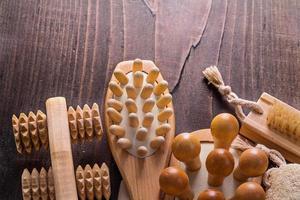 klassische Holzmassagegeräte auf Vintage-Brett