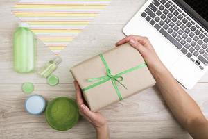Geschenkbox mit grünem Band foto