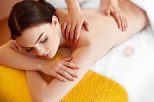 Spa Frau. Nahaufnahme einer Frau, die Spa-Behandlung erhält. Massage foto