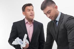 Chef wütend auf jungen Angestellten foto