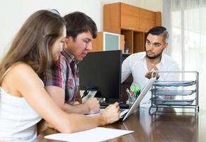 wütender Chef mit Angestellten im Büro foto