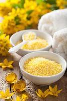 Spa mit gelben Kräuterbadperlen und Blumen foto
