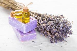 Lavendelblüten mit ätherischem Öl. Spa- und Wellnesskonzept. foto
