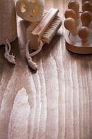 vertikales Bild von Badebürsten-Luffas und Rückenmassagegerät auf foto