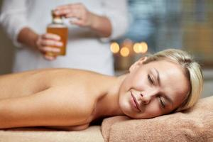 Nahaufnahme der Frau, die auf Massagetisch im Spa liegt foto