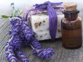 Lavendelöl und Seife foto