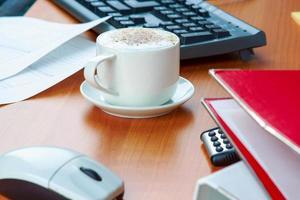 Kaffeetasse und Arbeit wesentliche Werkzeuge foto