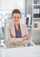 Porträt der glücklichen Geschäftsfrau mit Brille im Büro foto