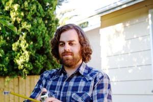 Zimmermann prüft Maßband foto