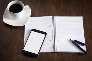 Tasse Kaffee und Büroausstattung auf Bürotisch. foto