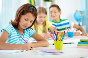 Schulmädchen beim Zeichenunterricht foto