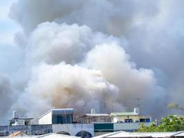 brennendes Haus verursacht einen großen Rauchhaufen foto