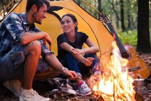Porträt eines glücklichen Paares und Lagerfeuer foto