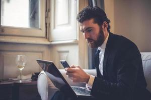hübscher Hipster eleganter Mann mit Laptop foto