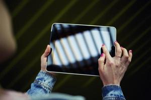 junges Universitätsstudentenmädchen, das Internet über Touchpad surft foto