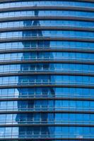 Reflexion in modernem blauem Glas von Bürofenstern foto