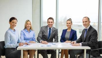 lächelndes Geschäftsteam beim Treffen foto